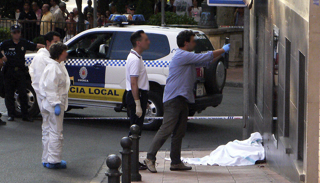 Miembros de la Policía Local y Nacional junto al cadáver de un hombre que falleció tras recibir un disparo.