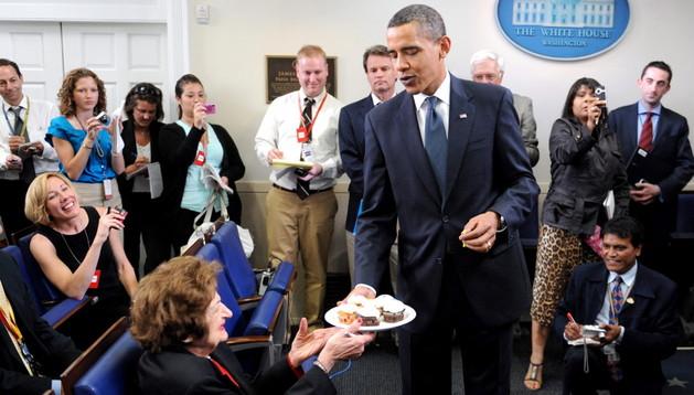 Obama celebra su cumpleaños en la Casa Blanca y ofrece unos cupcakes a Helen Thomas