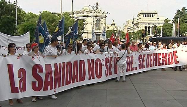 Centenares de personas secundaron este domingo una nueva 'marea blanca' en Madrid.