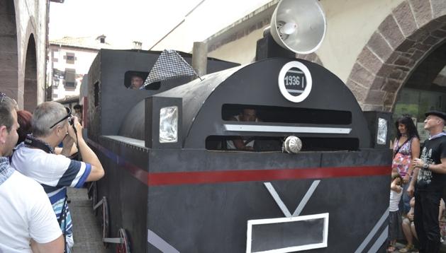 "La carroza de Oronoz-Mugaire representó el tren que circulaba por la zona de ""Baztán Bidasoa"""