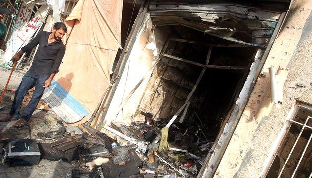 Un iraquí observa los destrozos ocasionados por el coche bomba.