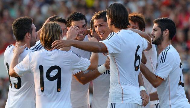 Cristiano Ronaldo (c) celebra con sus compañeros uno de los goles del Real Madrid
