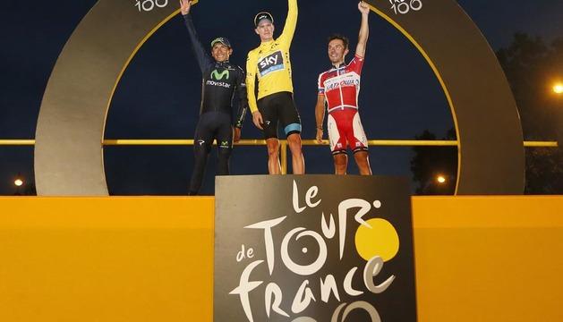 Christopher Froome (c), entre Nairo Quintana (i) y Joaquim Rodríguez (d), en el podium