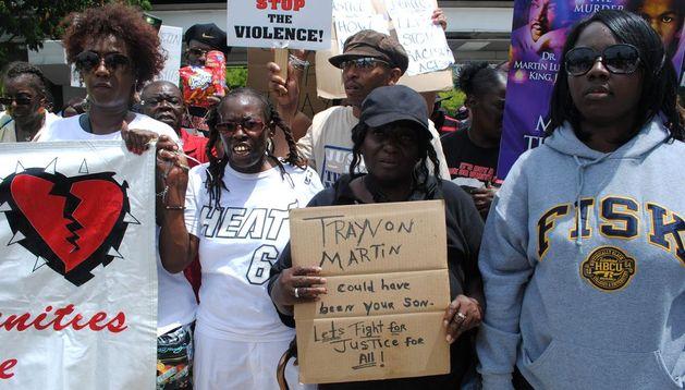 Cientos de personas participan en una manifestación para reclamar justicia en el caso de la muerte del adolescente negro Trayvon Martin.