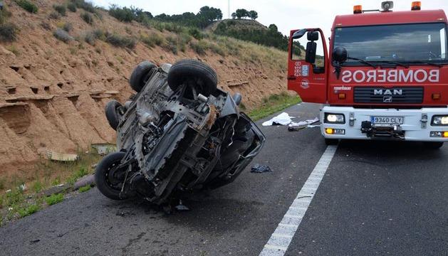 El vehículo en el que viajaban las víctimas.