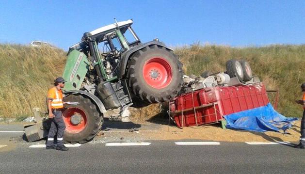 El tractor que ha volcado en la Autovía del Camino