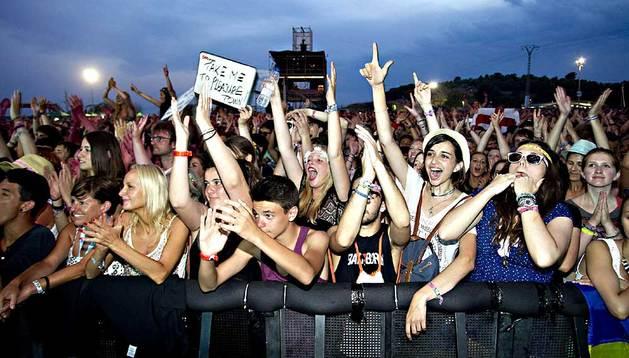 Ambiente durante el concierto del cantante y compositor inglés Jake Bugg, en el escenario Maravillas del Festival Internacional de Benicàssim (FIB).