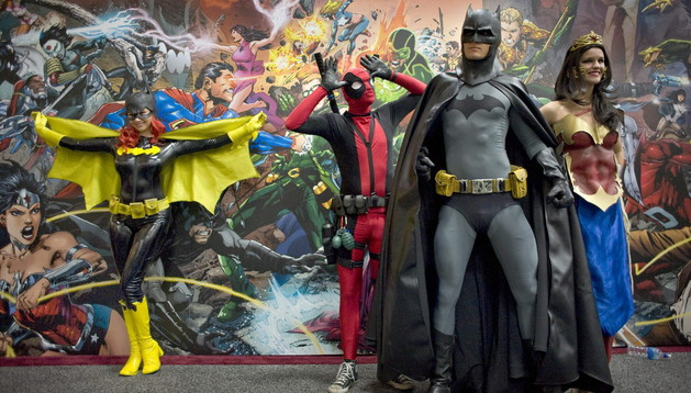 Gente vestida como sus personajes favoritos de cómic en la Comic Con