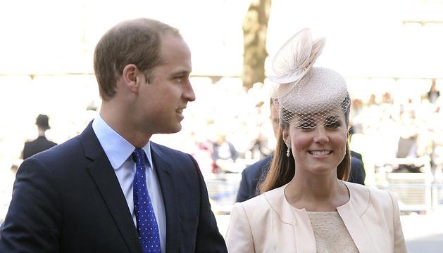 Fotografía del 4 de junio que muestra a la duquesa Catalina de Cambridge y a su marido el príncipe Guillermo a su llegada a la Abadía de Westminster.