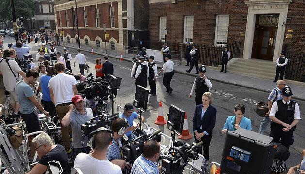 Agentes de policía vigilan la entrada del hospital St.Mary's donde la duquesa Catalina de Cambridge ha sido hospitalizada para dar a luz.