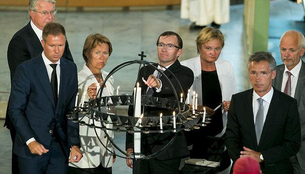 Encienden unas velas en recuerdo a las víctimas del doble atentado perpetrado por Breivik.