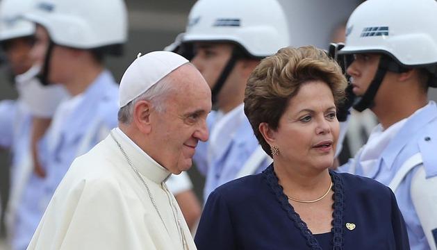 El Papa Francisco (i) es recibido por la presidenta de Brasil Dilma Rousseff (d)