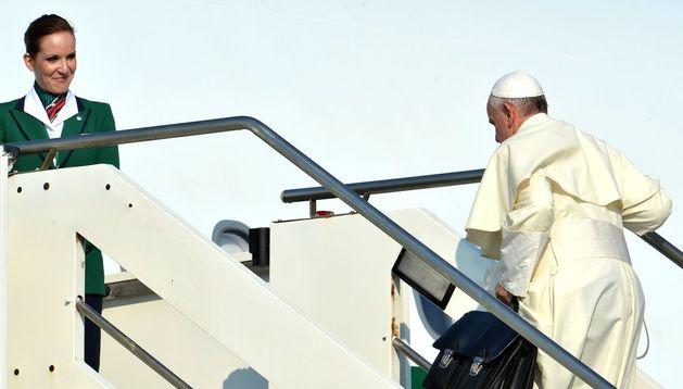 El papa Francisco sube las escaleras del avión que le llevará a Río de Janeiro.