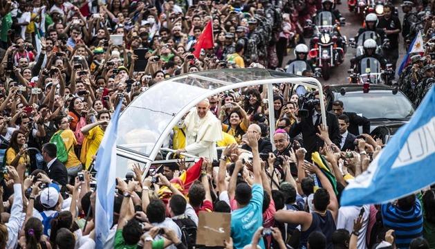 El papa Francisco saluda a cientos de peregrinos en Río de Janeiro