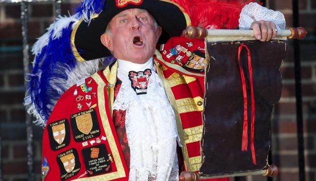 El pregonero Tony Appleton anuncia el nacimiento del bebé de los duques.