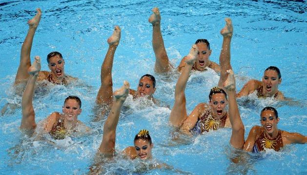 El equipo español de natación sincronizada durante su ejercicio en la final de rutina técnica en la que han conseguido la medalla de plata