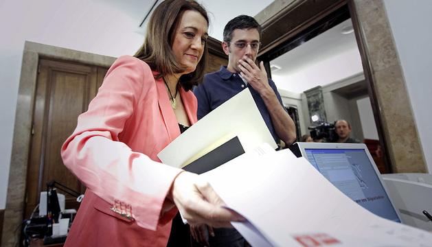 La portavoz del PSOE en el Congreso, Soraya Rodríguez, acomapañada por el secretario general del grupo, Eduardo Madina, durante la presentación de la iniciativa de reforma del Reglamento de la Cámara.