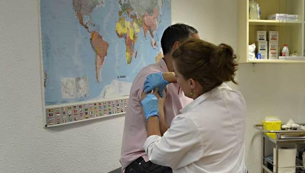 Un viajero es atendido en el Centro de Vacunación Internacional en la Delegación del Gobierno en Navarra.