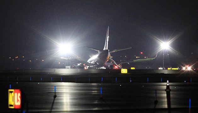 El avión aterrizó de manera normal y una vez en la pista su tren de aterrizaje delantero se derrumbó.
