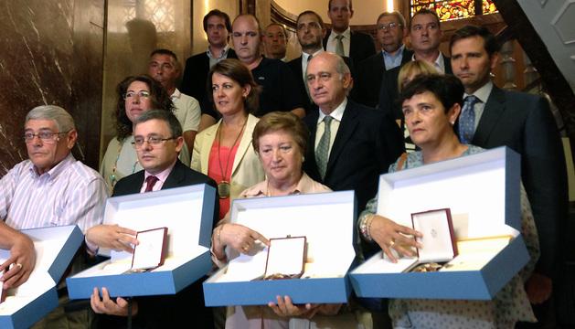 El ministro y la presidenta Barcina, junto a los homenajeados.