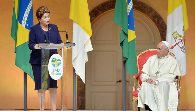 La mandataria de Brasil, Dilma Rousseff, da la bienvenida al Papa Francisco.