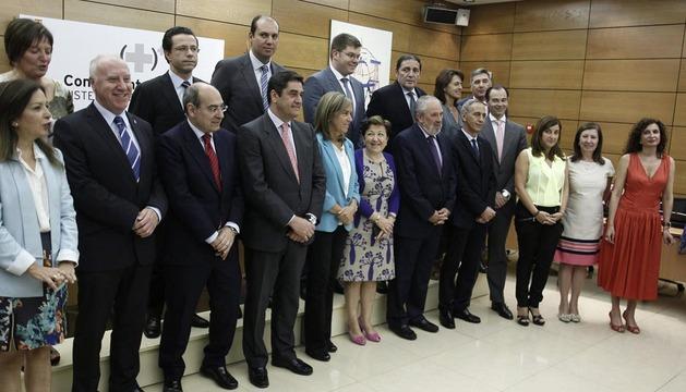 La ministra de Sanidad, Ana Mato (c), posa para la foto de familia junto a los consejeros regionales de sanidad