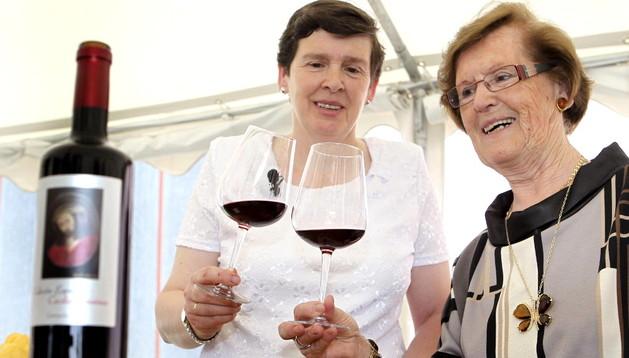 Cecilia Giménez posa con la botella de vino