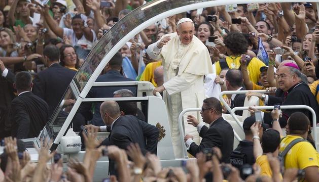 La multitud rodea al Papa Francisco a su llegada a Río de Janeiro
