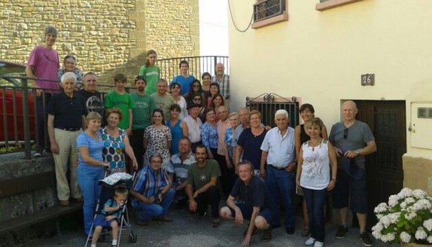 Los miembros de la familia Echávarri, en la localidad del mismo nombre.