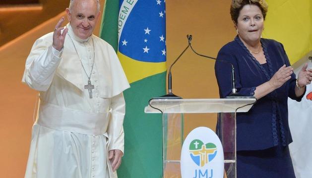 El Papa Francisco (i) saluda junto a la mandataria brasileña, Dilma Roussef (d)