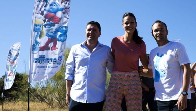 El alcalde de Júzcar, David Fernández, Eva González y Andrés Iniesta