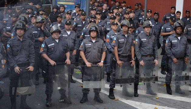 Policías custodian durante la visita del papa Francisco, cerca al Palacio de Guanabara.