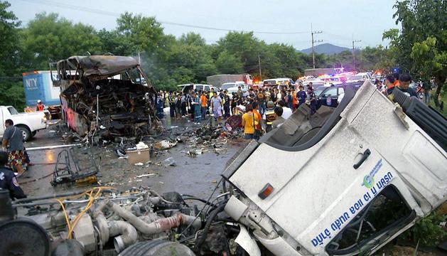 La colisión tuvo lugar en una autovía en el distrito de Kaengkoi, en la provincia de Saraburi.