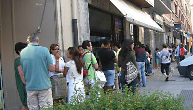 Cola de gente de este miércoles delante de la Oficina para la Tramitación del DNI y Pasaportes Españoles en Pamplona.