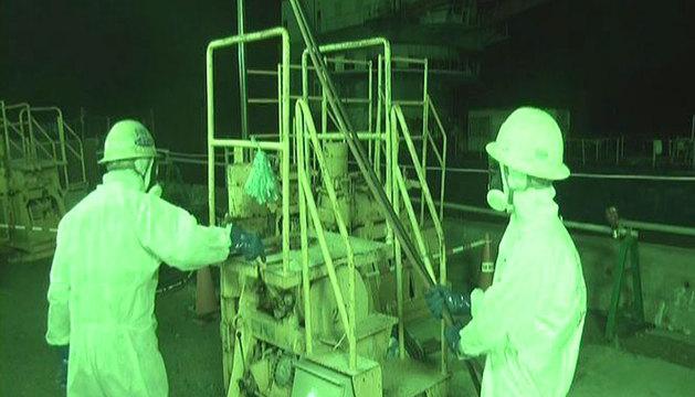 Dos operarios en la central nuclear de Fukushima Daiichi.