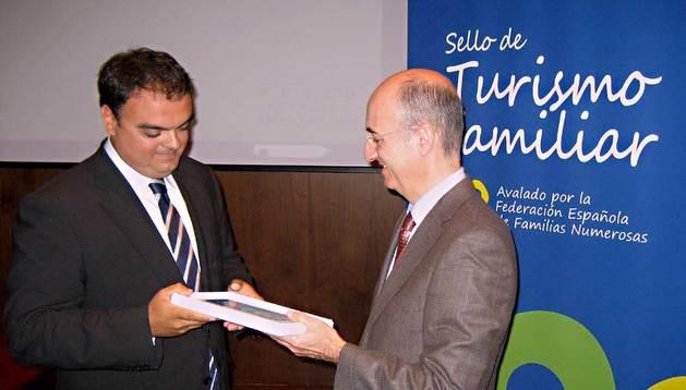 Rubén González, gerente de Sendaviva, recibe el galardón de manos de José Díaz García, subdirector adjunto de la Subdirección General de Desarrollo y Sostenibilidad del Ministerio de Industria, Energía y Turismo del Gobierno de España.