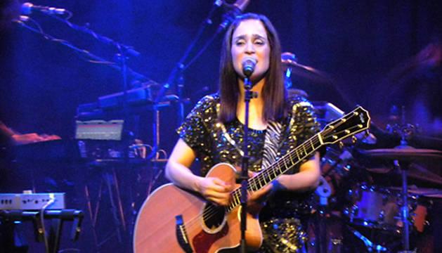 La cantante Julieta Venegas durante uno de los conciertos de su gira europea.