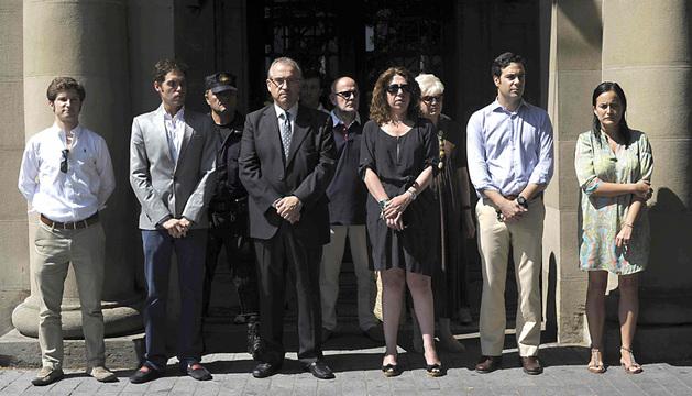 Las autoridades navarras, encabezadas por la delegada del Gobierno, Carmen Alba, durante el minuto de silencio guardado este jueves en la Plaza de Merindades.
