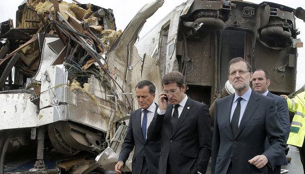 Rajoy, junto a Núñez Feijóo, en el lugar del accidente.