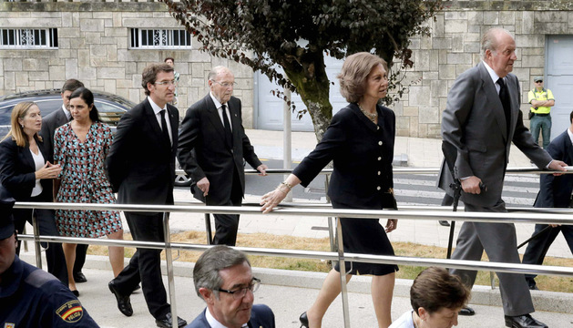 Los Reyes, don Juan Carlos y doña Sofía, junto al presidente de la Xunta, Alberto Núñez Feijóo (3i); la ministra de Fomento, Ana Pastor (i), a su llegada al Hospital de Santiago