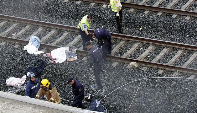 Los servicios de emergencia trabajan junto a las vías.