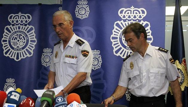 El jefe superior de Policía de Galicia, Jaime Iglesias (i) y el comisario Antonio del Amo, responsable de la coordinación de los equipos de la Comisaría General de Policía Científica.