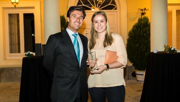 La ganadora Beatriz De la Red posa con Federico Linares, socio director general de Ernst & Young.