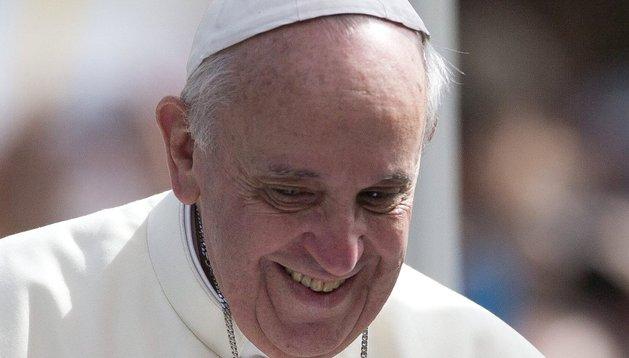 El papa Francisco lee un texto este viernes a su llegada a la plaza San Joaquín en Río de Janeiro (Brasil).
