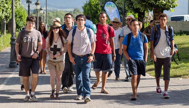 Un grupo de jóvenes, a su llegada ayer por la tarde a la Colegiata de Roncesvalles.