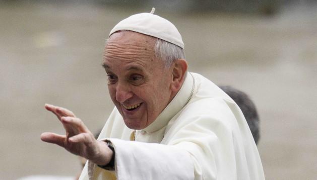 El papa Francisco saluda a su llegada a la catedral de Río de Janeiro.