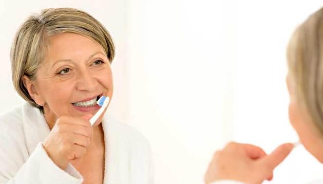 La encuesta refleja que a más edad, menos hábito de lavarse varias veces los dientes.