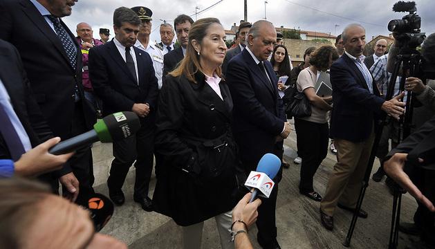 La ministra de Fomento, Ana Pastor, durante la visita que realizaró junto al titular de Interior al lugar del accidente ferroviario del miércoles.