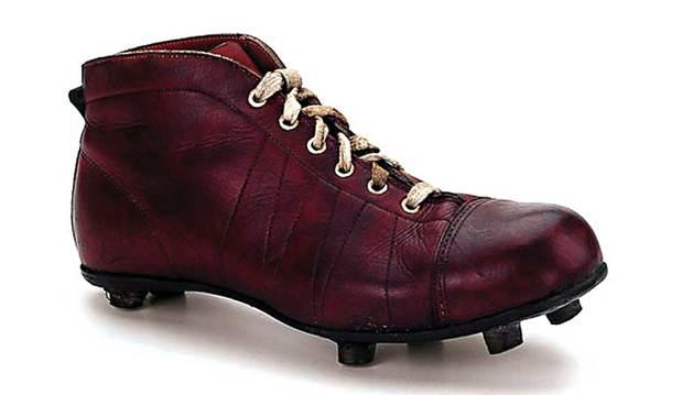 El Museo del Traje acoge la exposición 'Pisando metas' sobre calzado deportivo.