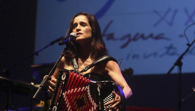 La mexicana Julieta Venegas durante su actuación en el cierre de La Mar de Músicas de Cartagena.